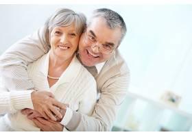 老年夫妇拥抱在一起_85794901