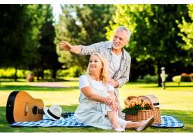 面带微笑的老年夫妇望着公园_506813701