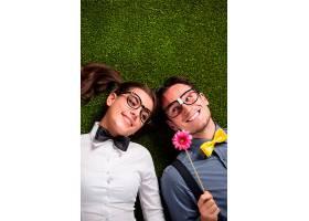 一对恩爱的夫妇躺在草地上_1070819301