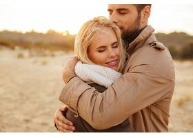 一对相爱的英俊夫妇的特写肖像_733969701