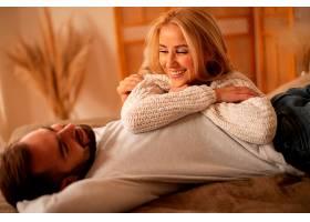 中等镜头的幸福夫妇在室内摆姿势_1087323501
