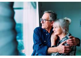 养老院里的老年夫妇看着窗外_227189001