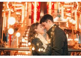 圣诞节期间年轻夫妇在户外夜街接吻拥抱_915944901