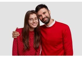 年轻家庭写真欧洲情侣穿红色衣服摆姿势拍_1143533401
