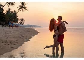 年轻性感浪漫的情侣在日落时分相爱一起穿_1151449201