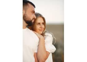 年轻恩爱的情侣在向日葵地里接吻夏日在野_1016480601