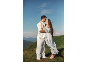 山里的男人和女人年轻夫妇在日落时分相爱_1088483901