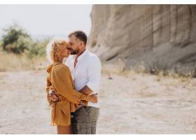 年轻夫妇一起在沙地采石场_1029883601
