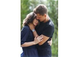 年轻夫妇在户外拥抱_1101396901