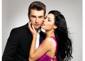 年轻情侣身着经典服装在工作室摆姿势的肖像_1196127401