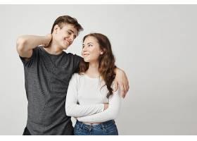 年轻漂亮的一对相爱的年轻夫妇拥抱着看着_911930001