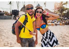 年轻漂亮的潮人情侣在热带海滩相爱用智能_1108345501