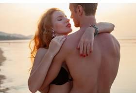 年轻的性感浪漫情侣相爱穿着游泳衣在夏日_1151444301