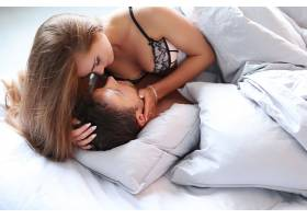 年轻的激情夫妇在床上_749642501