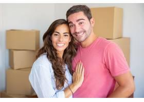 幸福的年轻夫妇喜欢搬进新公寓站在纸箱中_1060849701