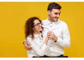 幸福的年轻情侣相爱享受第一次约会时在一_1189191201