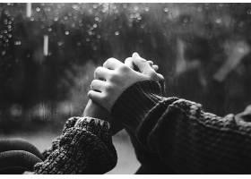 幸福的情侣在窗边手牵手_277141101