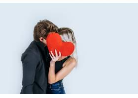 幸福的情侣手持一颗红心相爱_474059001