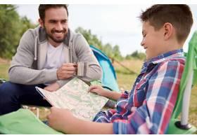 男孩和父亲计划他们的旅行_1246903801