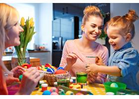 画鸡蛋是孩子们准备工作中最有趣的阶段_1247021601