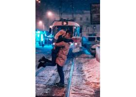 白雪覆盖的有轨电车线路上的年轻成年夫妇_752880401