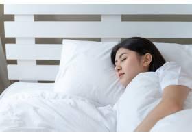 睡在床上的年轻美女_538905301