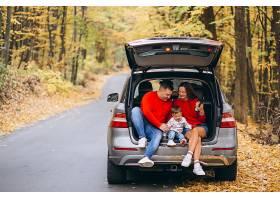 秋天公园的一家人带着一个小儿子坐在车里_339598601