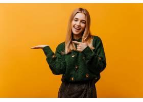 穿着时髦针织毛衣的迷人盲女表达幸福站在_1215376501