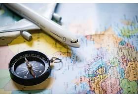 微型游客用塑料玩具飞机在地图上罗盘上选择_120315701