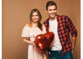 微笑的漂亮女孩和她英俊的男朋友手持心形气_660181701