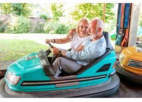 快乐的男人和女人开车_555168101
