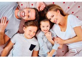 躺在床上的幸福家庭画像_1175703601