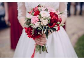 手持婚礼花束的特写镜头_93777101