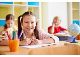 教室里笑容满面的女孩_85269001