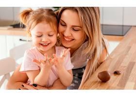 母亲在家中与女儿共度时光_1265879701