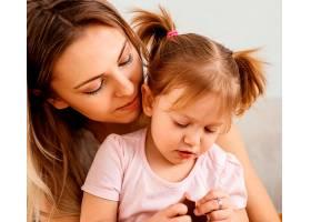 母亲在家中与女儿共度时光_1265880601