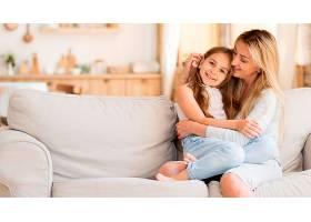 母亲在家陪着可爱的女儿_1060466501