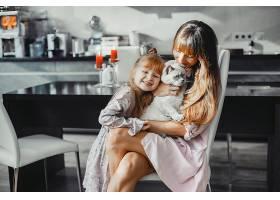 母亲带着女儿在家_382684401