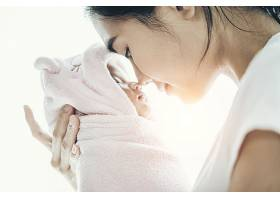 新生婴儿睡在母亲手中鼻子相撞_589716001
