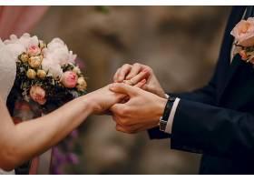 新郎把戒指戴在新娘的手指上_93775201