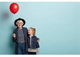时尚老太太室内写真拥抱小孩子享受在一起_1148625001