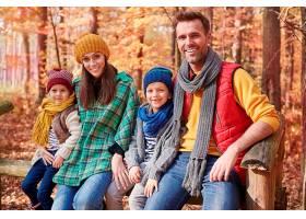 森林里幸福的家庭画像_1198057001