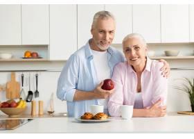 欢快成熟恩爱的一家人站在厨房_734038201