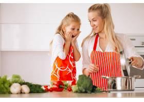 母女俩在厨房做饭_285911301