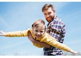 父亲和他的小儿子一起在公园里玩耍_792735901