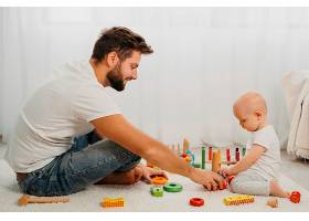 父亲在家里教婴儿玩玩具_1190462401