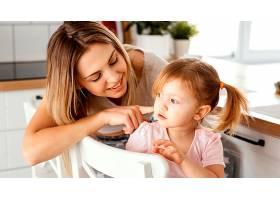 一名妇女在母亲节与女儿在家中共度时光_1265884501