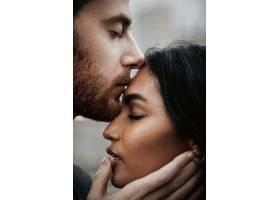 一名男子亲吻年轻的印度女子温柔而热情地_333725701