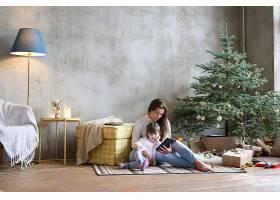 一家人在圣诞节玩得开心_939090301