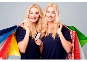 一对漂亮的双胞胎在大额购物后_1246964701